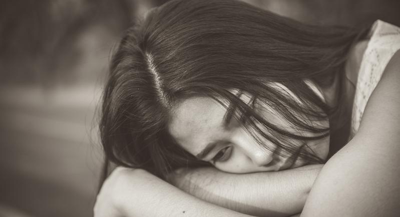 落ち込む女性 stressed woman shutterstock_593377196のコピー