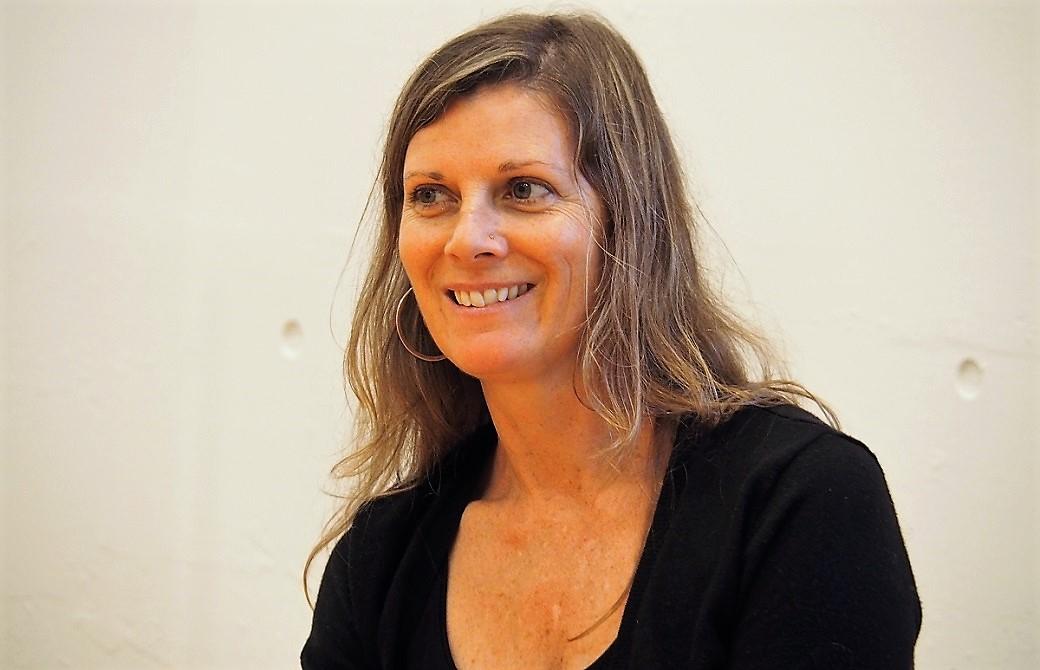 笑顔で語りかけるエマ・グラント先生