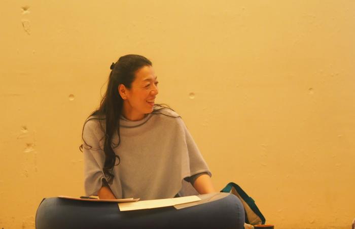 川原朋子先生が生徒さんに微笑んでいる様子