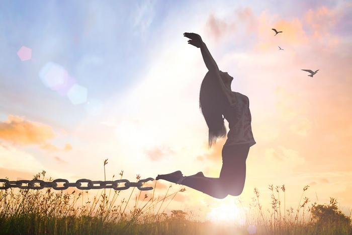 女性が鎖から外れてジャップしている写真