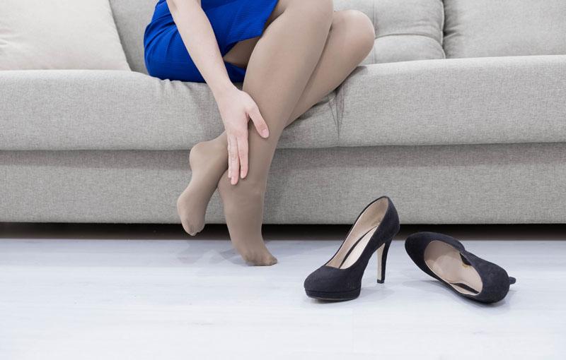 足がむくんでいる女性