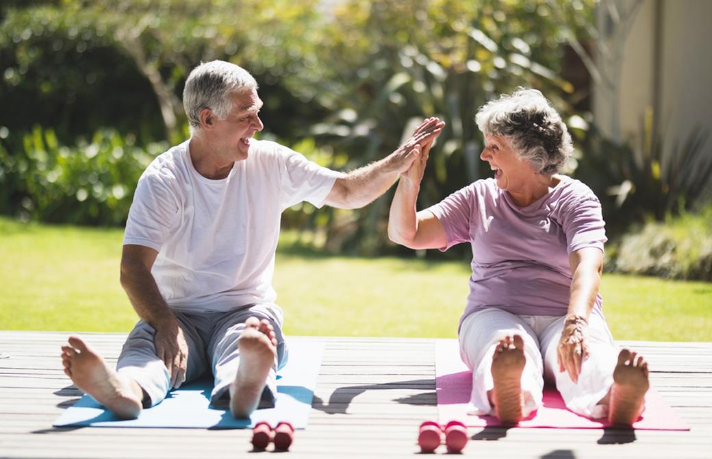 高齢者の夫婦がヨガをしている