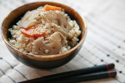 おにぎりにしても美味しい♪シャキシャキ噛みごたえがやみつきなレンコン混ぜ玄米ご飯12