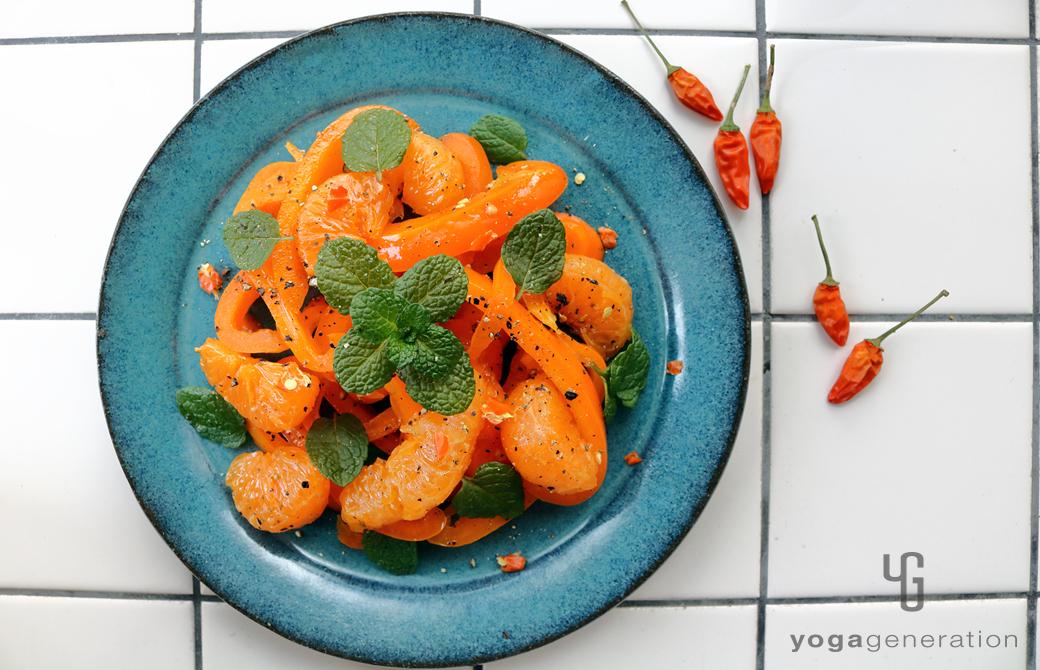ターコイズの皿に盛りつけた橙エネルギーのサラダ