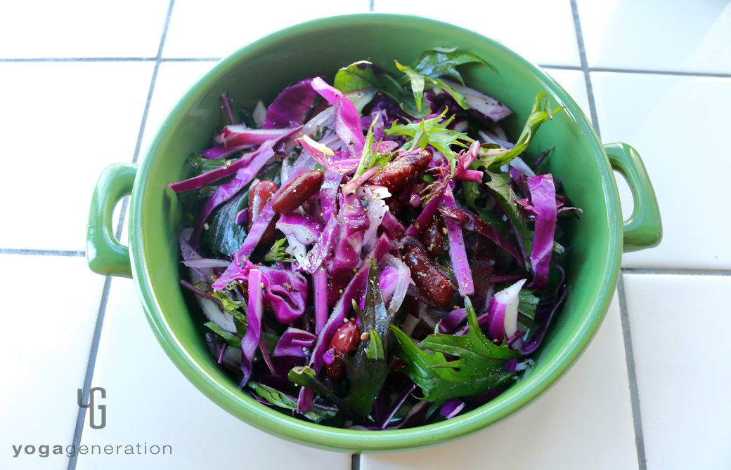 緑の皿に盛りつけた人生を活き生きる紫エネルギーのサラダ